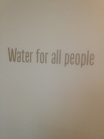 כתובת על הקיר במלון